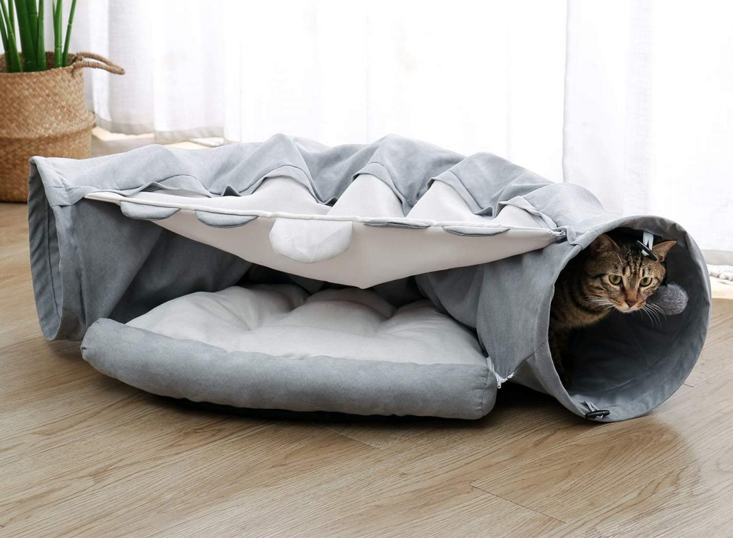 Cat tunnel with fluffy heart inside